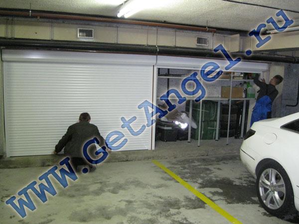 Стеллажи с рольставнями не требуют дополнительного места для открытия.  Это делает их незаменимыми в гаражах.