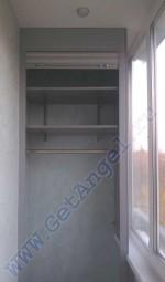шкаф на балконе с вешалкой